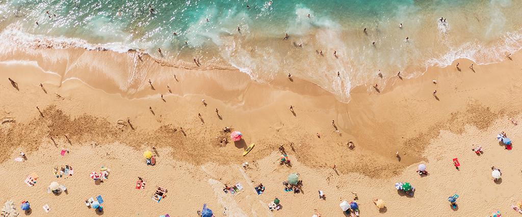 Strand met bezoekers