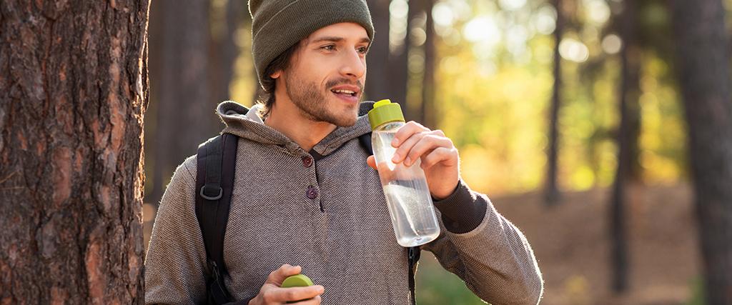 Water drinken in het bos tijdens hike