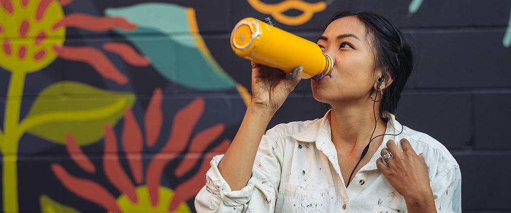 Water drinken onderweg uit drinkbeker
