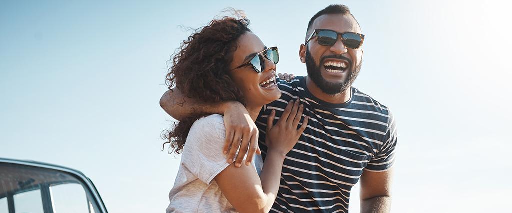 Gelukkig paar met zonnebrillen