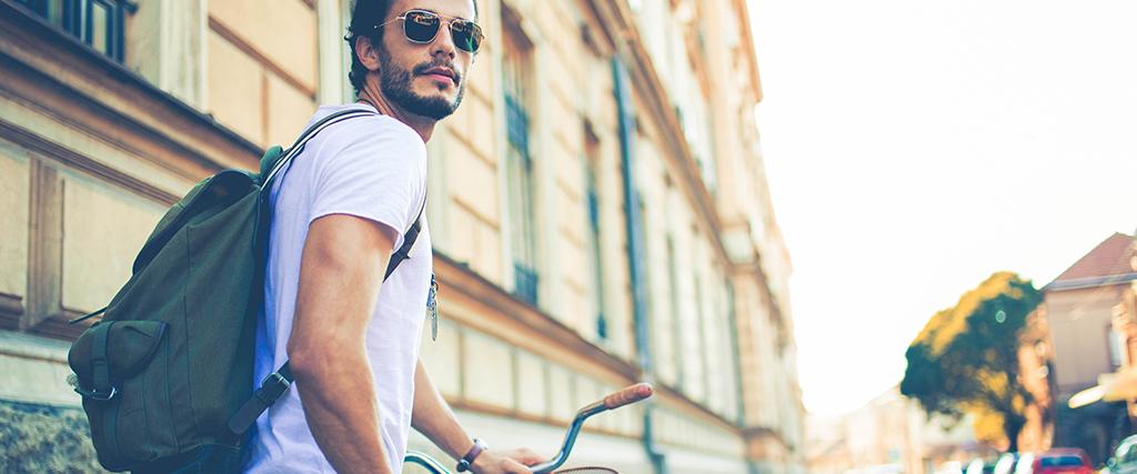 Man met zonnebril op fiets